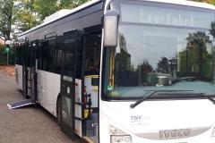 Ein Bus vom Teutoburger Wald Verkehr (TWV) mit Sitz in Rheda Wiedenbrück stand den TeilnehmerInnen zur Verfügung, um u.a. das richtige Ein- und Aussteigen zu üben.  Der Bus fuhr zudem viele Haltestellen in Verl an und erklärte die Besonderheiten.