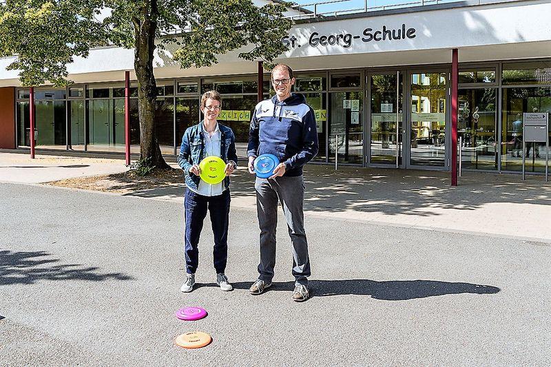 Frau Gisbertz von der Gundschule St. Georg, Sürenheide und Oliver Hülshorst, Abteilungsleiter Ultimate Frisbee vom TV VERL freuen sich auf die Kooperation. (Foto: TV VERL)
